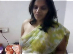 Indian MILF does a little ensemble twit with saree